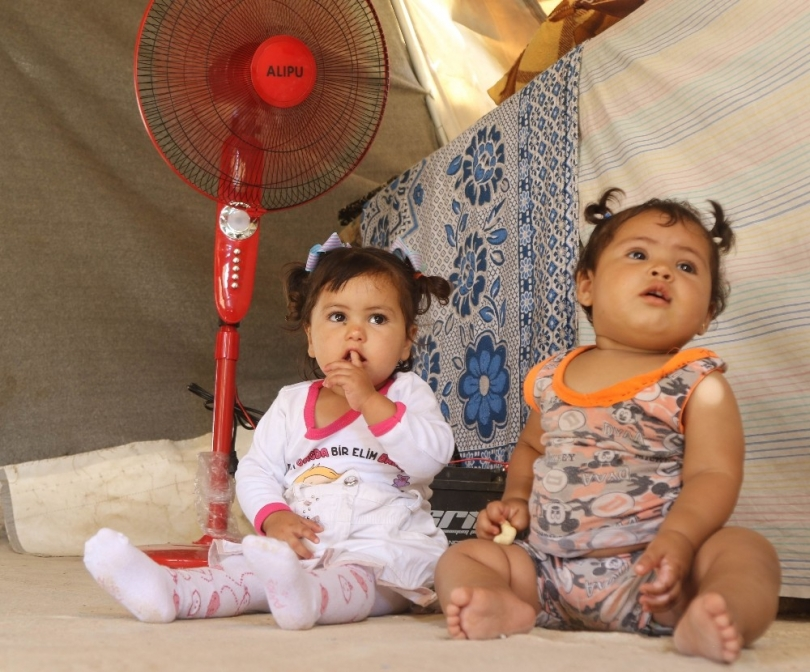 Esad'ın bombalarından kaçan Doğu Gutalı ailelere vantilatör dağıtıldı