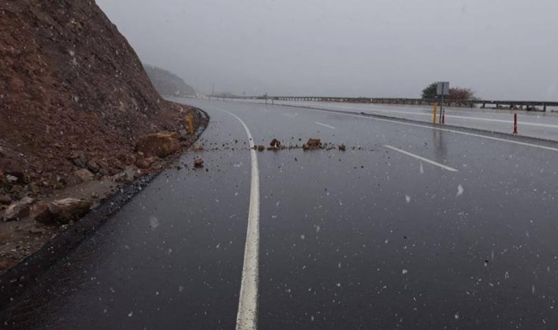 Aşırı Yağışlar Karayolunda Heyelana Neden Oluyor