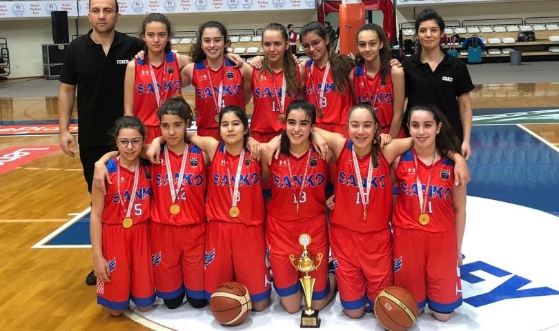Sanko Okulları Kız Basketbol Takımı Şampiyon Oldu