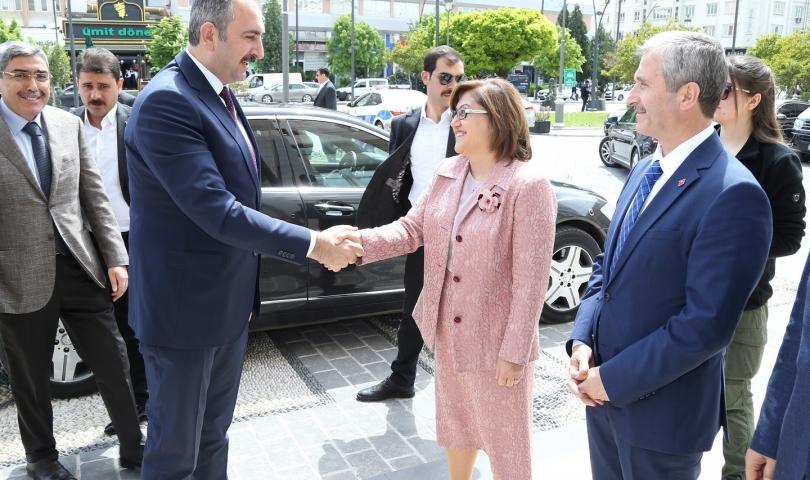 Bakan Gül, Başkan Fatma Şahin'i Kutladı