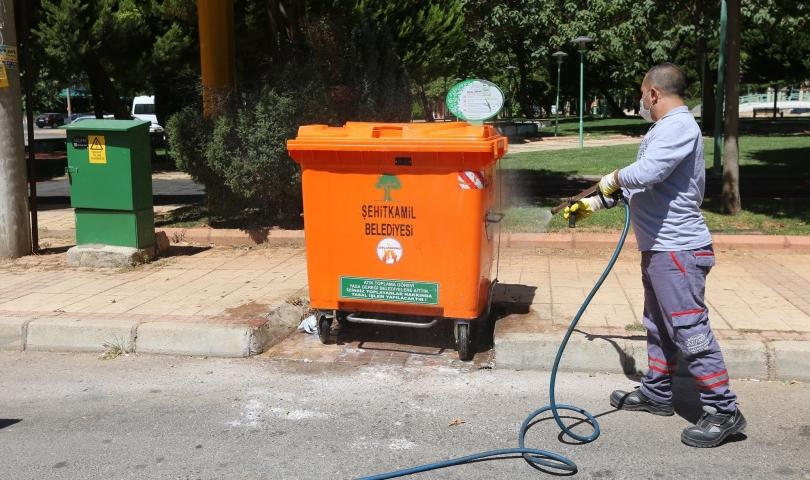 Büyükşehir, 25 bin 300 çöp konteynerini ilaçladı