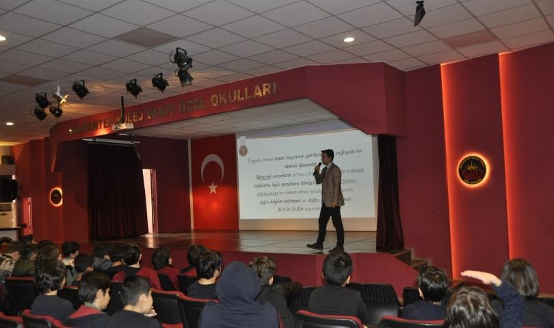 GKV'de uzmanlar öğrencilere ergenlik konusunu anlattı