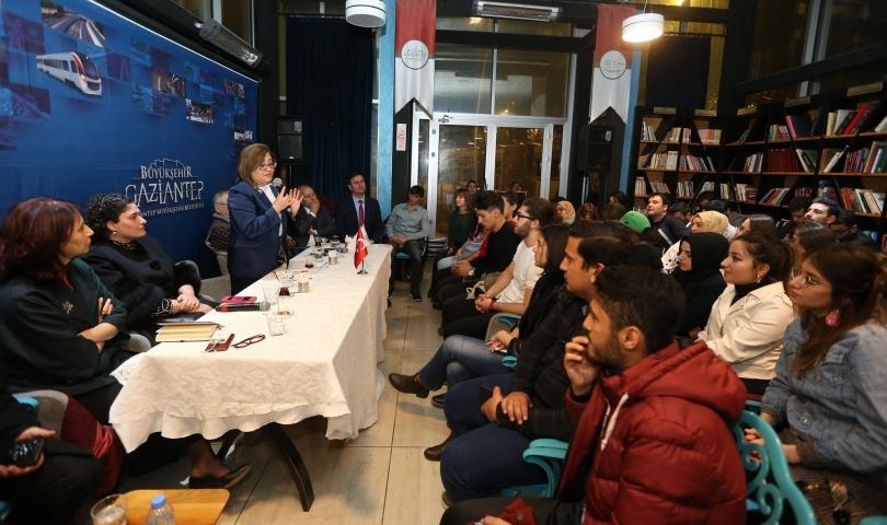 Başkan Fatma Şahin, Kitap Kafe'de gençlerle buluştu
