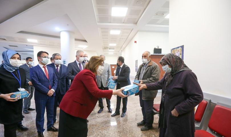 Başkan Şahin, ikinci doz aşısını olan yaşlı bireyleri ziyaret etti