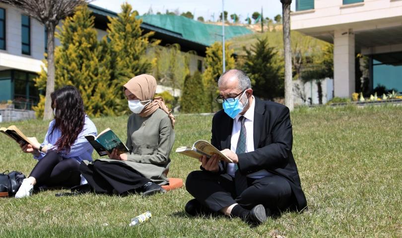 HKÜ'de Açık Havada 'Kitap Okuma' Etkinliği
