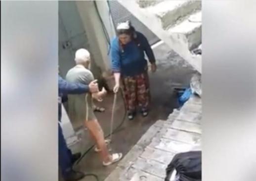 Gaziantep'te yaşlı adamı bahçede soğuk su ile yıkadılar